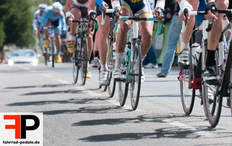 rennrad pedale auf rennraedern bei radrennen