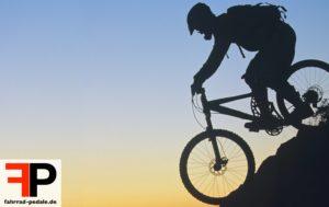 downhill biker sonnenuntergang bergab