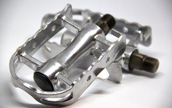 Vintage Pedale aus Metall gestapelt