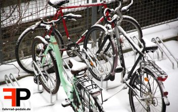 fahrrad pedale mit schnee bedeckt winter